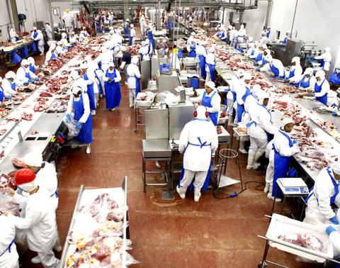 Agrofolha - 02.01.2012 - Frigorífico Marfrig, na cidade de Promissão - Foto: REUTERS/Paulo Whitaker