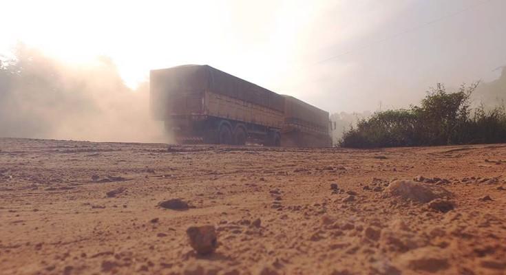 Importante rodovia para o escoamento da safra brasileira, a BR 163 vira estrada de terra no Pará.